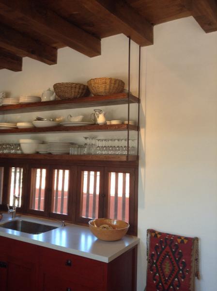 estantes abiertos en la nueva cocina de la casa principal