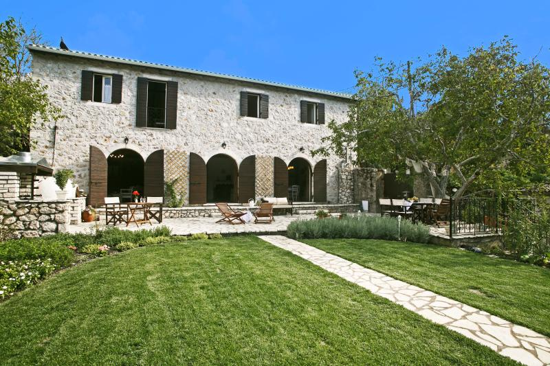 Meli Villa a place for the sophisticated traveler, holiday rental in Dragano