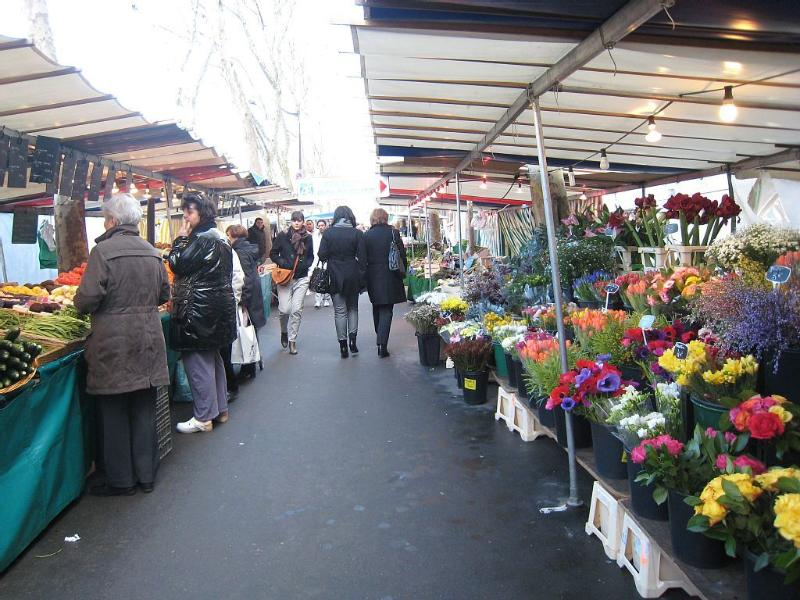The outdoors market (5 min), held on Tuesdays, Fridays and Sundays.  A treat !