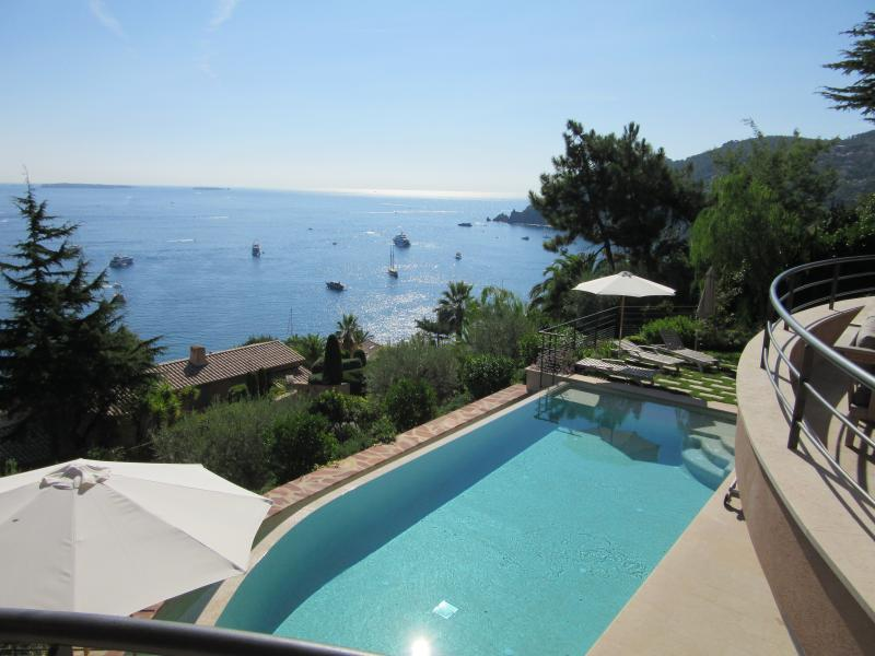 Luxury villa sea view and pool 20mn from Cannes, casa vacanza a Théoule sur Mer