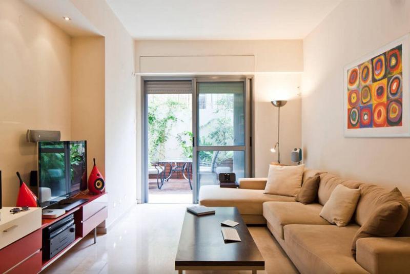 Soggiorno con una porta di vetro enorme per una terrazza molto bella e riservata