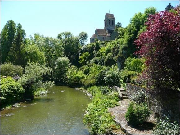 Vista de la iglesia del pueblo a diez minutos de la casa rural