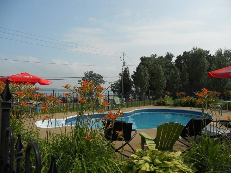 Heated pool, 20 minutes of Quebec city. Gorgeous view in the St-Lawrence river. Safe