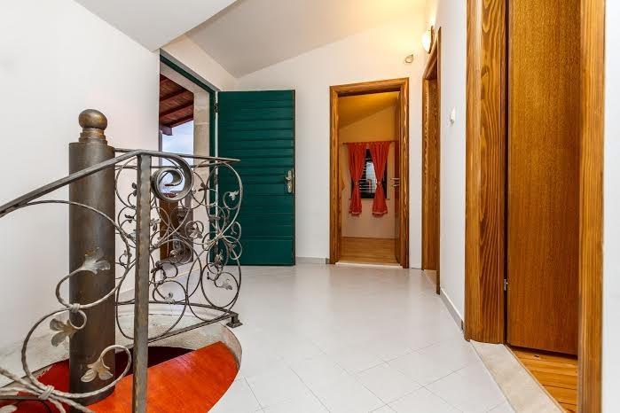 Al piano superiore (passaggi interni) Vista verso camere da letto e uscire a scala esterna
