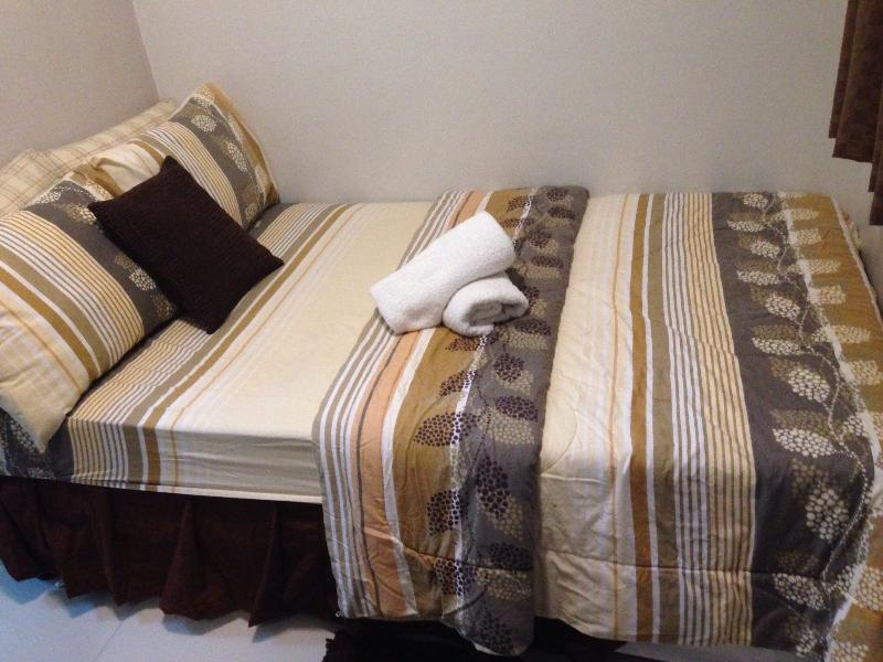 Semi-full bed with pull-out mattress