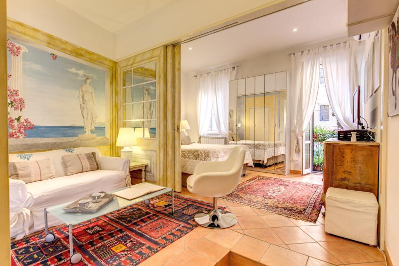 VERY CENTRAL  BOUTIQUE COZY HONEY MOON  APT AT  COLISEUM/ROMAN FORUM, holiday rental in Rome