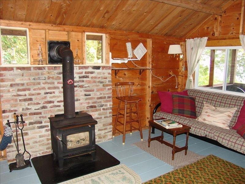 Area soggiorno, futon può essere tirato fuori per spazio extra. Stufa a legna per le serate fredde.