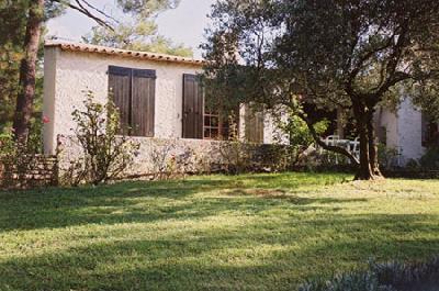 Maison provençale  avec piscine privée 10m/5 m dans un cadre de verdure près des champs de lavande
