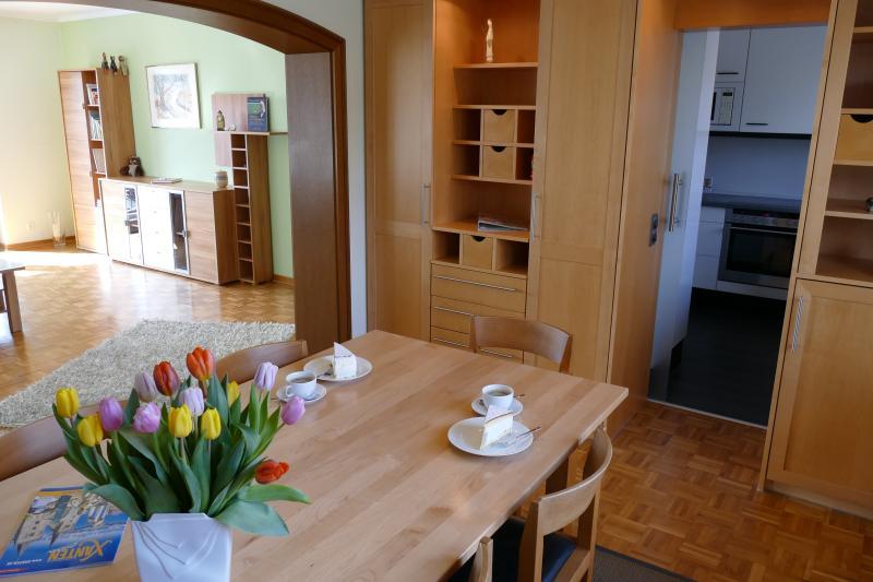 Esszimmer mit Blick in Wohnzimmer und Küche