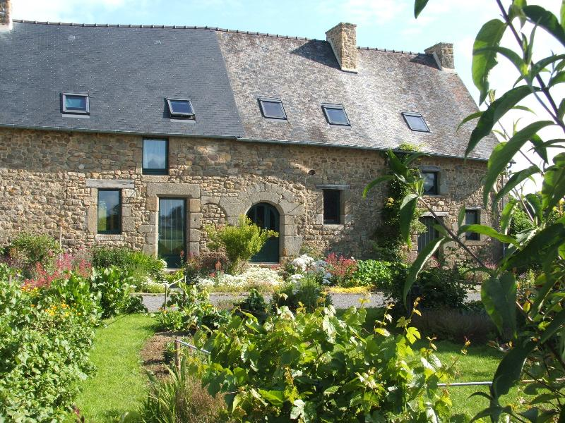 Typical 2 bedrooms cottage Mont St Michel Fougeres, vacation rental in Val-d'Ize