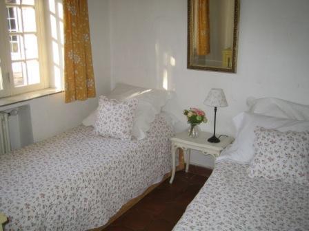 Downstair's children's twin bedroom
