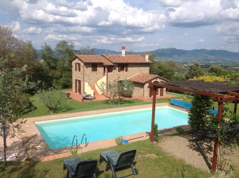 Sobre a piscina para a casa e as colinas além