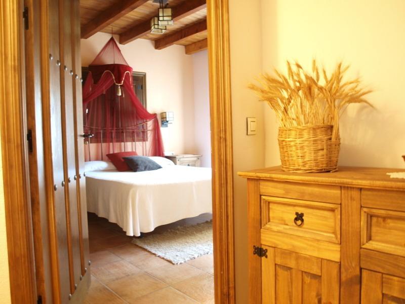 Casa Rural El Olivo (alquila habitación o íntegra), alquiler vacacional en Carcaboso