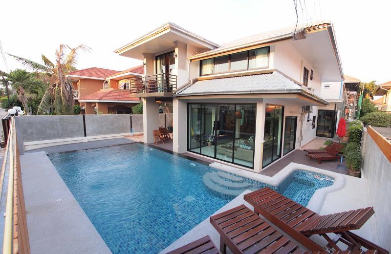 Vichy Villa 01: NEW LUXURY 6 BED POOL VILLA, holiday rental in Pattaya