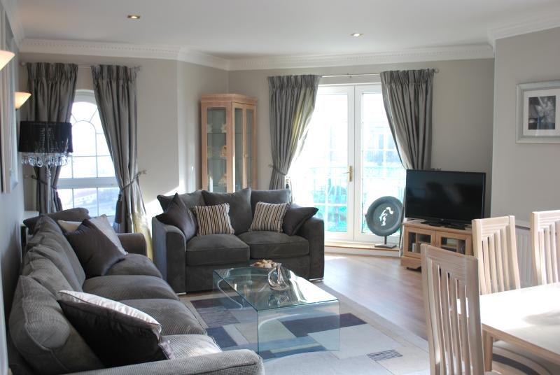 Spacious first floor apartment with an elevator, water views, balcony & parking!, location de vacances à Peacehaven