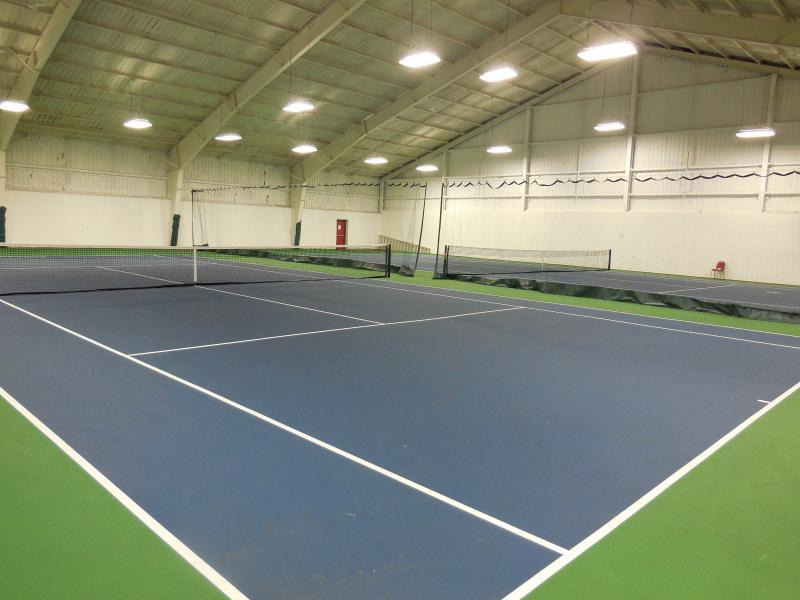 courts de tennis intérieurs situés dans clubhouse