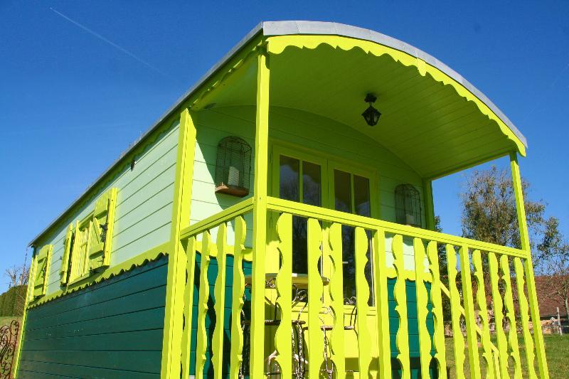 Gites at Sibemol BOHEME SPIRIT Shepherd hut/studio +Free Access Heated Pool, holiday rental in Orliaguet