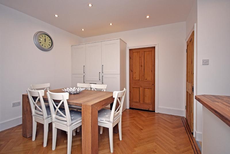Grande cuisine salle à manger avec table en chêne et 6 chaises