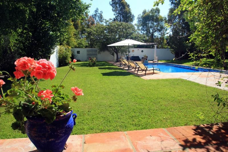 Large garden with swimming pool (10x 5 views over the valley