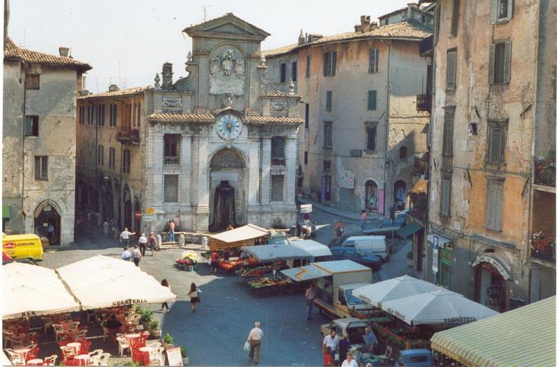 The main piazza in Spoleto has some great restaurants and ice cream parlours
