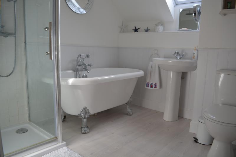 Calmante luminoso amplio cuarto de baño, Playa plana, Broughty Ferry