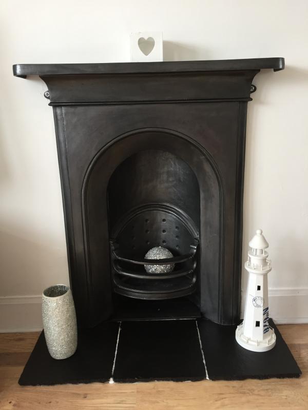 Fuego envolvente en propiedad de época, pero sin chimenea para incendios.