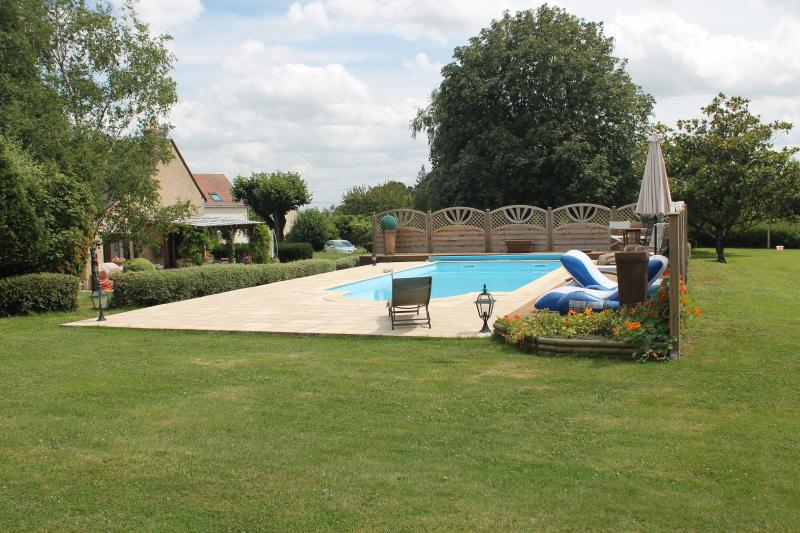 Luxury Gite with pool in the Vallee du Loir, holiday rental in Lhomme