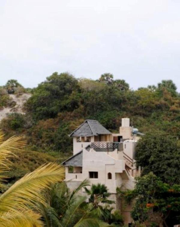 La suite spaziose Acacia in cima il buliding (con tetto di paglia).