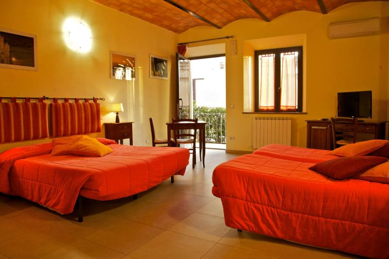 Quadruple room in Siena  B&B, holiday rental in Tognazza