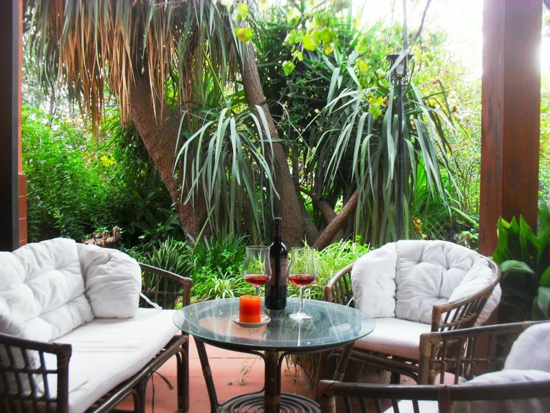 Dependance con cucina in villa, giardino, parcheggio, mare 2 km, Etna. Colazione, vacation rental in Villa Petrosa