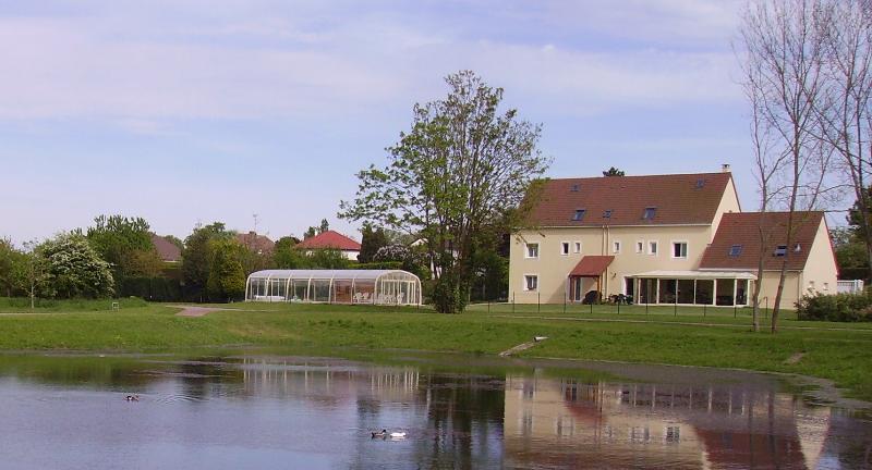 Chambre d hôtes La Grimodière avec piscine, Ferienwohnung in Benouville