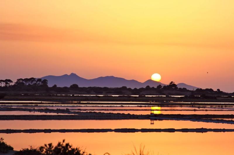 Saline al tramonto con Favignana sullo sfondo