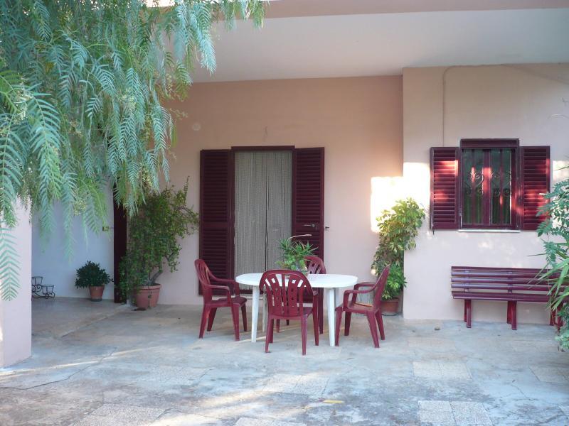 TERRA ROSSA indipendente casa di campagna 4 posti, vacation rental in Taurisano