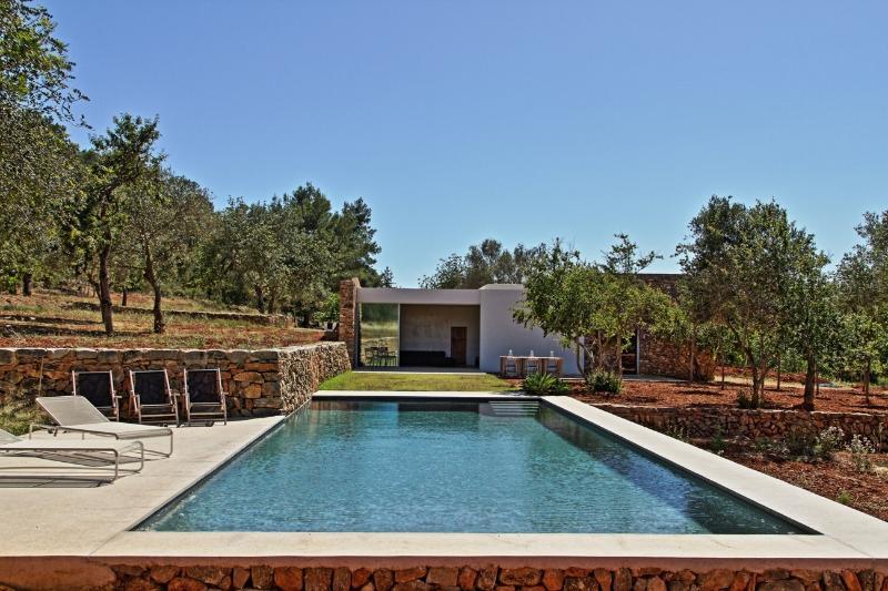 Cas Fina- Modern house quiet pool great location, aluguéis de temporada em Siesta