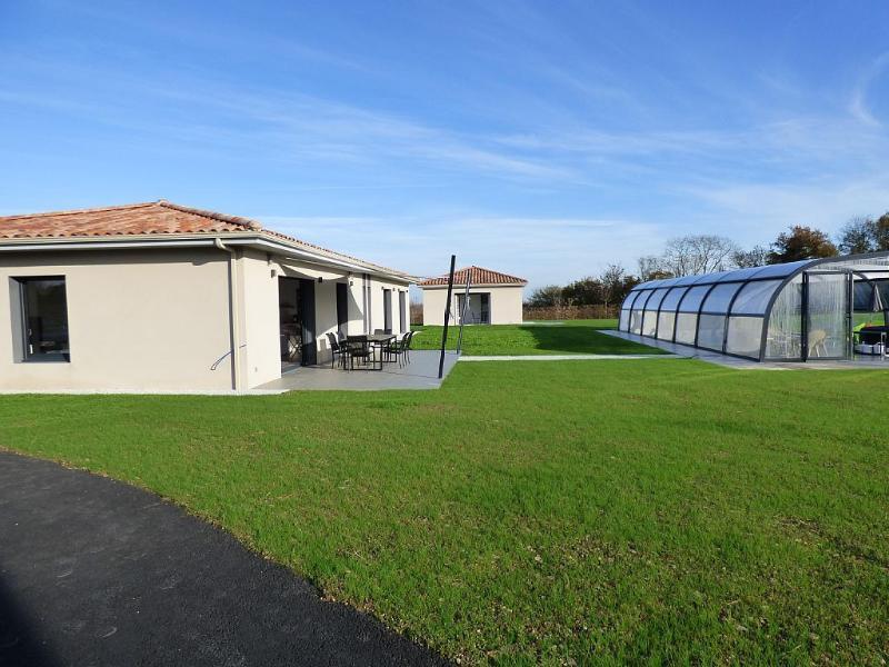 Brand new villa in an aeronautical village, location de vacances à Lucon