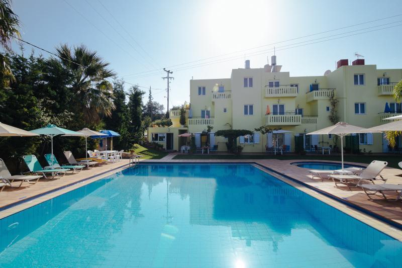 Kalithea Apartments, HEATED POOL, alquiler vacacional en Kalyves