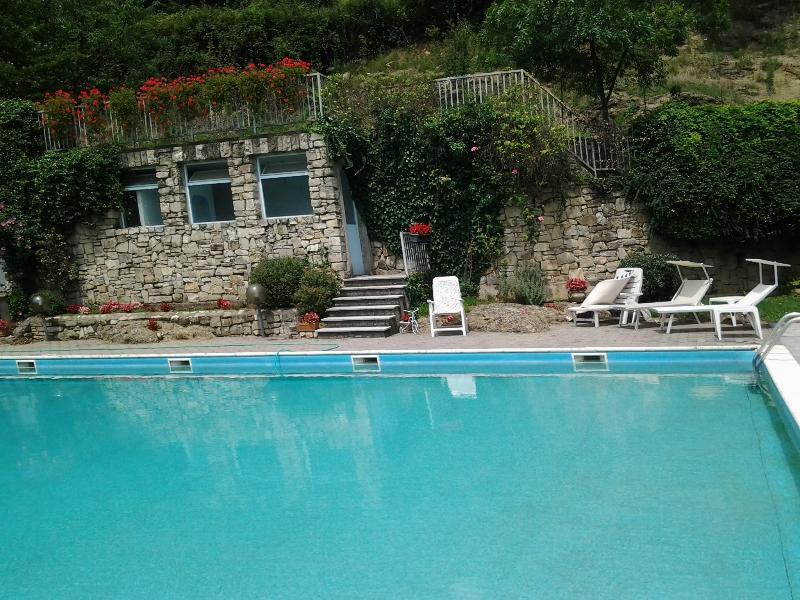 APPARTAMENTO CON GIARDINO PRIVATO E PISCINA, holiday rental in Zandobbio