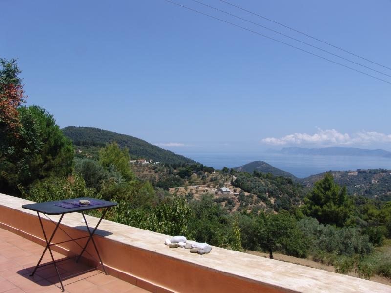 La terraza delantera, que está a las afueras de la sala de estar/comedor