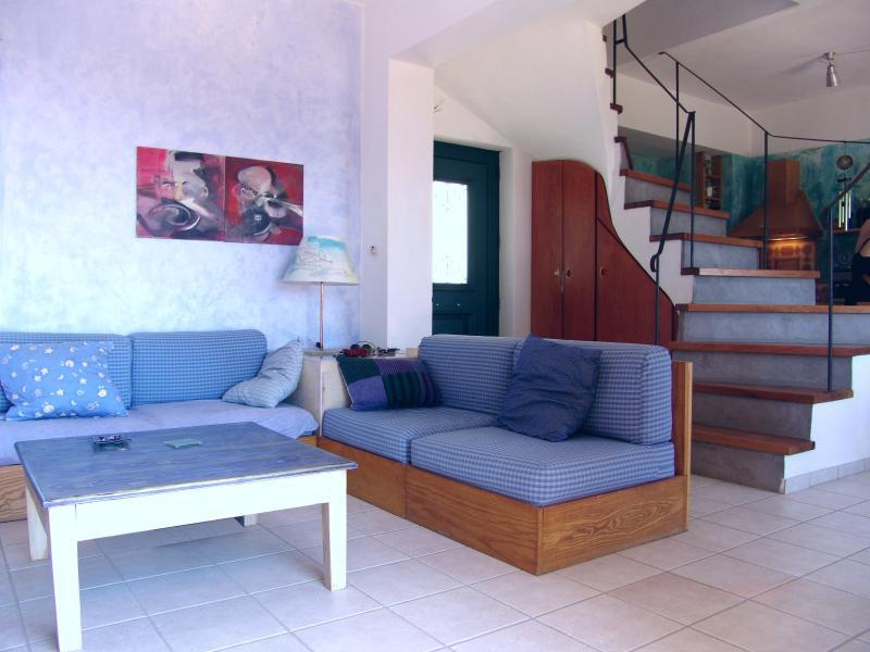 La espaciosa sala de estar dispone de sofá que puede convertirse en una o dos camas adicionales si es necesario