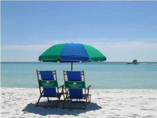 Sedia libera e ombrello istituito sulla spiaggia! Marzo-ottobre