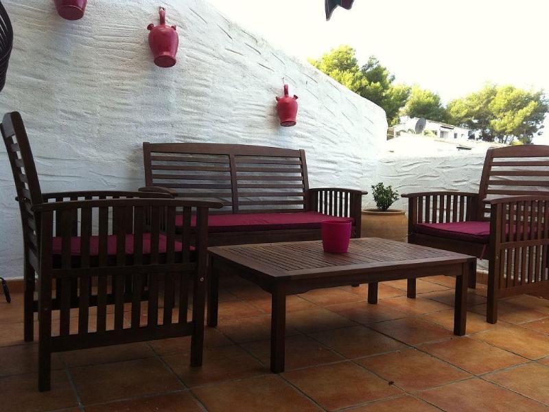 Meublé terrasse idéale pour le petit déjeuner, dîner, lire...
