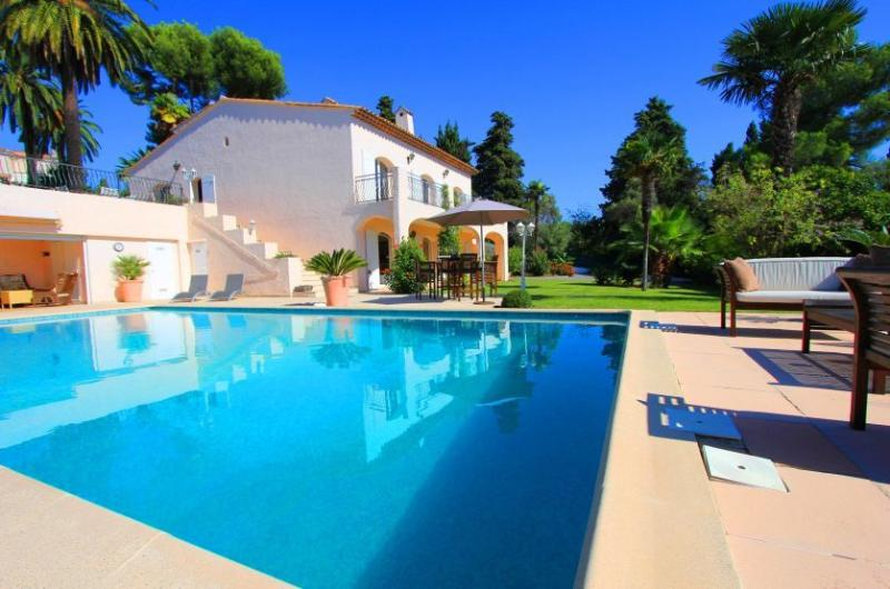 Very Private Garden apartment .  LIKE RENTING A VILLA, Ferienwohnung in Juan-les-Pins