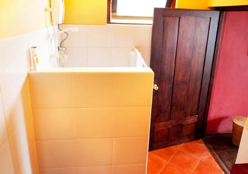 Moderna västerländska badrum ensuite tillgång