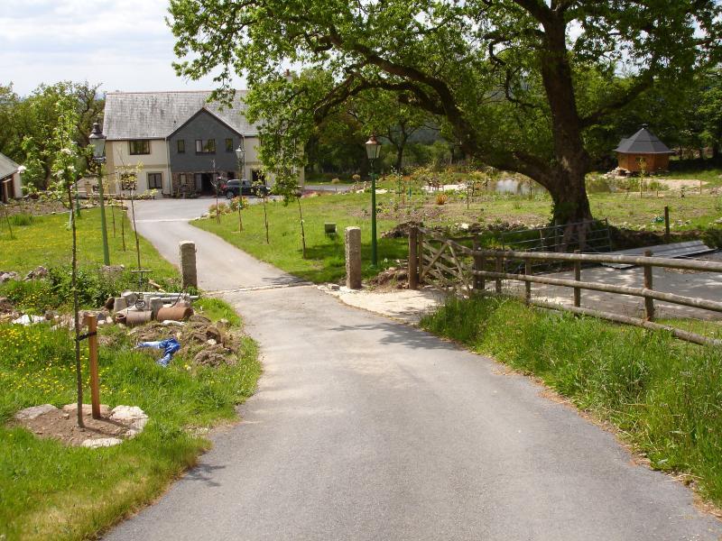 Camino que conduce hasta mi casa. Los burros están a la derecha, seguido por el estanque y barbacoa albergue