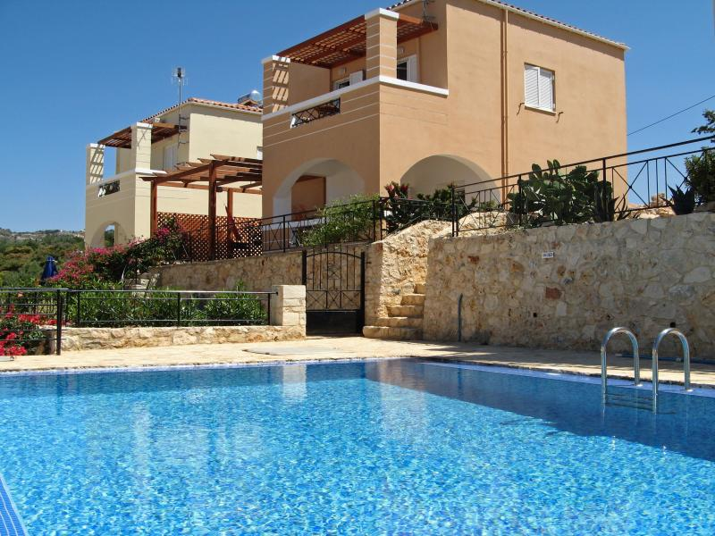 Villa in Plaka with private grounds & shared pool, vacation rental in Nipos