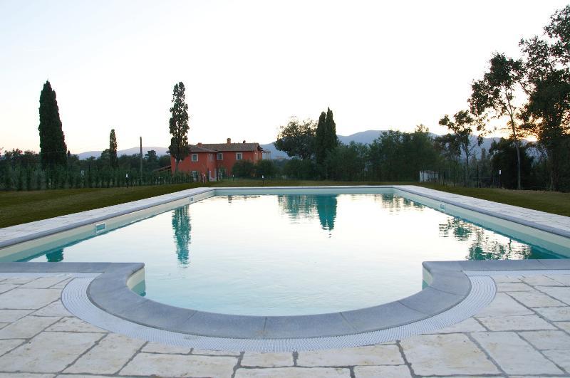 L'immensa piscina e la vista della struttura