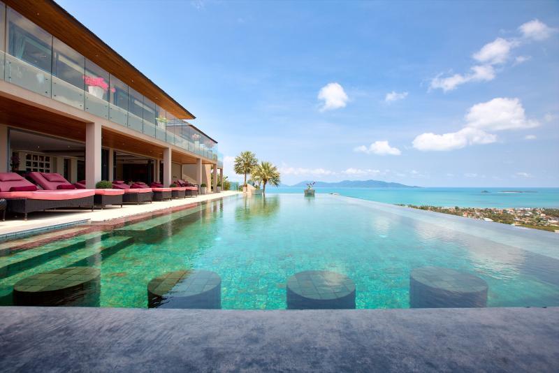 Verbazingwekkende 25 meter oneindigheid-edged zwembad met een prachtig panorama-uitzicht over de Oceaan