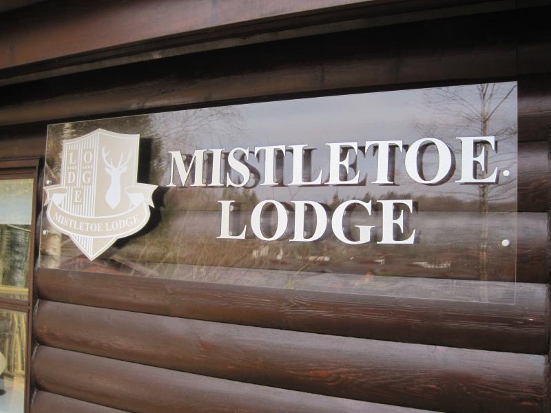Mistletoe Lodge is a Traditional-looking Luxury Stylish Log Cabin