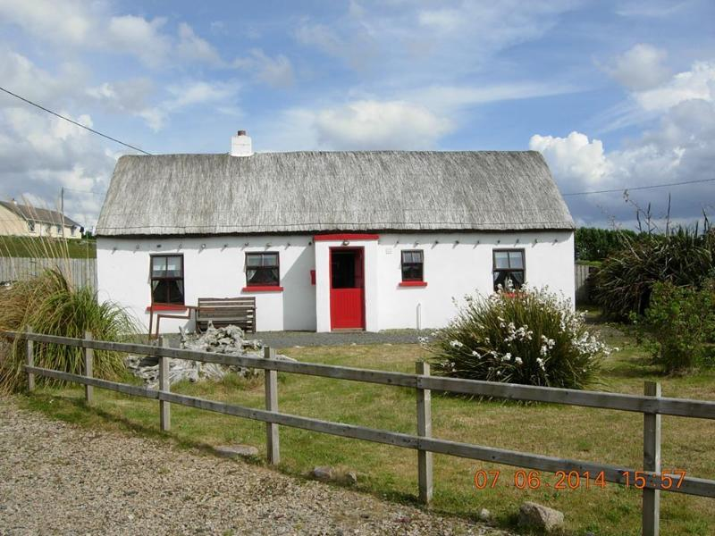 Mullaghduff Thatched Cottage on the Wild Atlantic Way, sleeps 4 - 2 en-suite bedrooms.