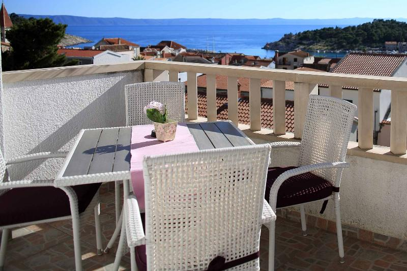 Spacious & modern 2 bedrooms apartment in the city center with perfect sea view, alquiler vacacional en Makarska